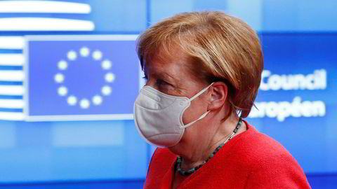 Angela Merkel hadde ingen kommentar på vei inn til toppmøtets andre dag, men har før møtet sagt at det kan bli nødvendig med enda en samling før lederne for de 27 EU-landene blir enige om budsjettet og gjenreisningsfondet.