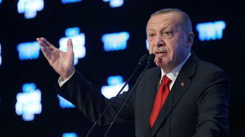 Tyrkias president Recep Tayyip Erdogan skal møte sin russiske motpart Vladimir Putin i Moskva tirsdag. Bildet er fra et forum arrangert av den tyrkiske kringkasteren TRT World Broadcaster mandag.