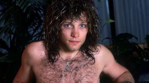 Bad Medicine? Den amerikanske musikeren, produsenten og skuespilleren Jon Bon Jovi i en nydelig liten Nike-shorts og perfekt behåret kasse – fotografert på The Hart Plaza Hotel i Detroit i 1985.
