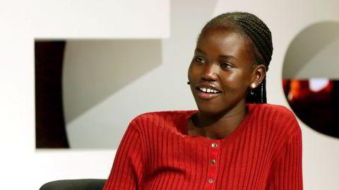 Smil. Supermodellen Adut Akech vokste opp i Sør-Sudan, men flyktet sammen med moren fra Kenya til Australia da hun var syv år. Her snakker hun på en konferanse for motenettstedet Business of Fashion i november 2018 i Oxfordshire, England. Akech blir ofte sett i sterke, elegante og ensfargede antrekk, og det er også et godt tips for videokonferansen.