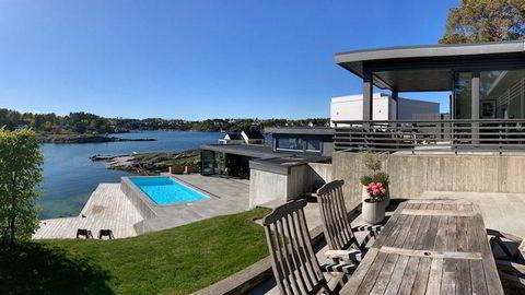 Denne eneboligen like øst for Kristiansand koster 95.000 kroner å leie per uke i sommer, men er likevel tilnærmet utsolgt.