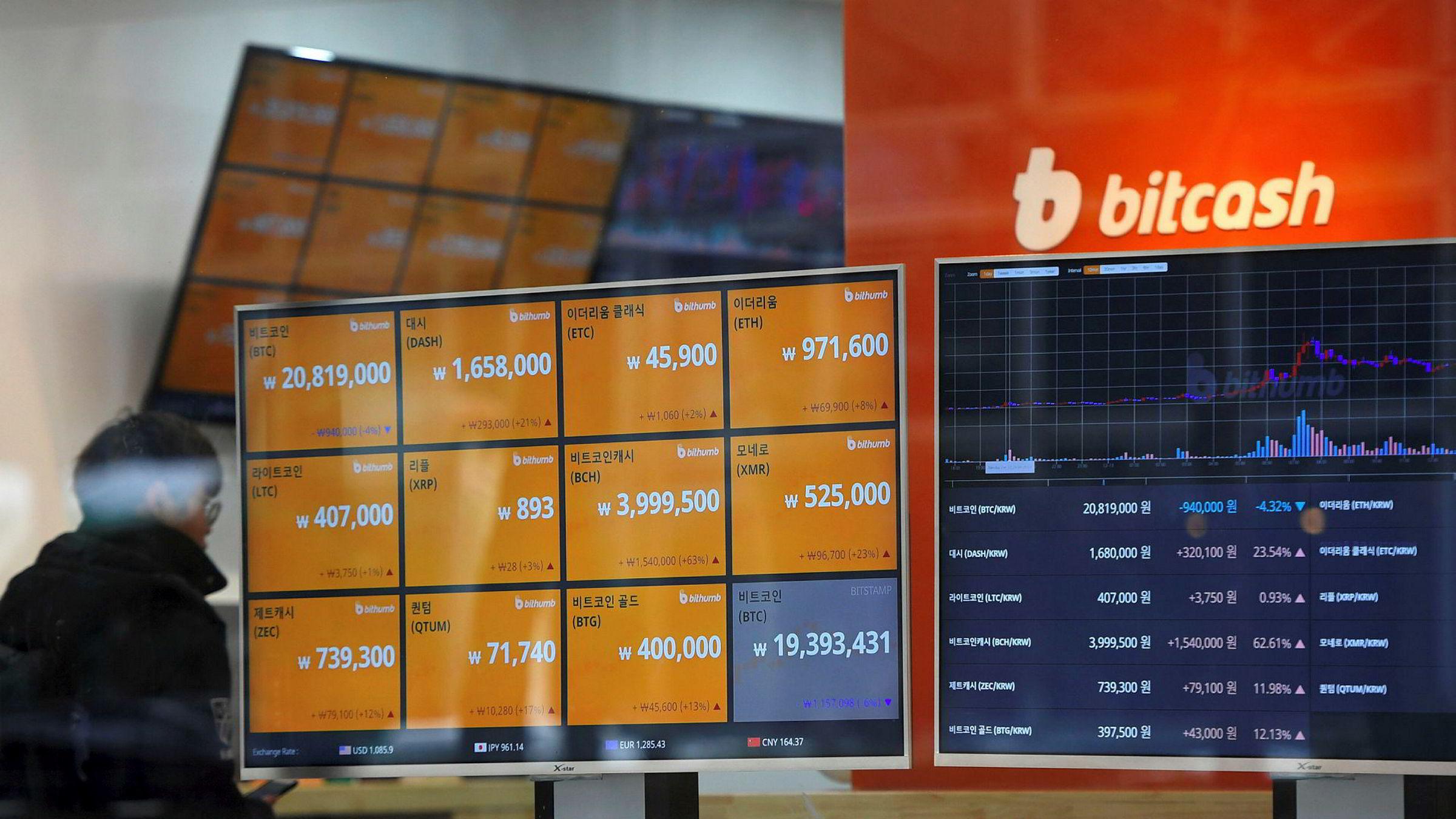 Antall kryptovalutaer øker kraftig, og flere har større prisoppgang enn bitcoin som fortsatt er den ledende kryptovalutaen. På bildet passerer en mann i Seoul en skjerm som viser prisen på en rekke ulike kryptovalutaer.