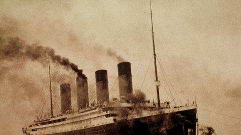 I morgentimene 15. april gikk verdens største passasjerskip Titanic på et isfjell i Atlanterhavet. Båten, som hadde dobbelt skrog for å tåle eventuelle sammenstøt med isfjell, synker etter bare noen få timer.