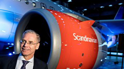 SAS-sjef Rickard Gustafson kan trenge mer penger til å finansiere flykjøp, og aksjekursen falt mandag. Her er han ved levering av første Airbus A320neo på Arlanda i Stockholm i oktober i fjor.