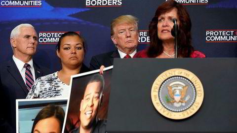 USAs president Donald Trump og visepresident Mike Pence med ofre for påstått illegale innvandrere.
