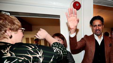 Venstre-leder Trine Skei Grande mottar hyllest fra landsstyremøte på Moss hotell, og tok en high five med Abid Raja.
