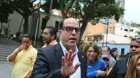 Julio Borges, lederen i Venezuelas opposisjonskontrollerte kongress ber motstandere av Maduro fortsette protestene i gatene.