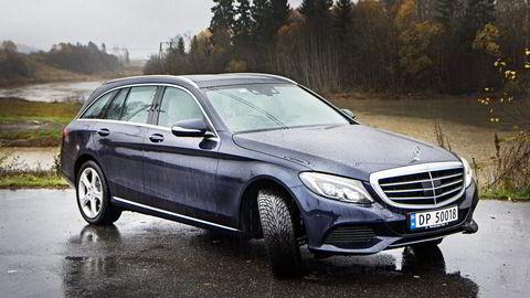 Mercedes C-klasse kan kjøre selv. Men slippes rattet for lenge, vil ikke bilen være med på leken lenger, og overlater hele kontrollen tilbake til deg.                    Alle foto: Embret Sæter