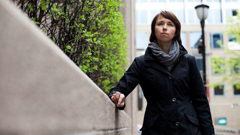 Seksjonssjef Britt Hjellegjerde i Finanstilsynet reagerer på at bankene brukte åtte måneder på overføre fond til aksjesparekonto.