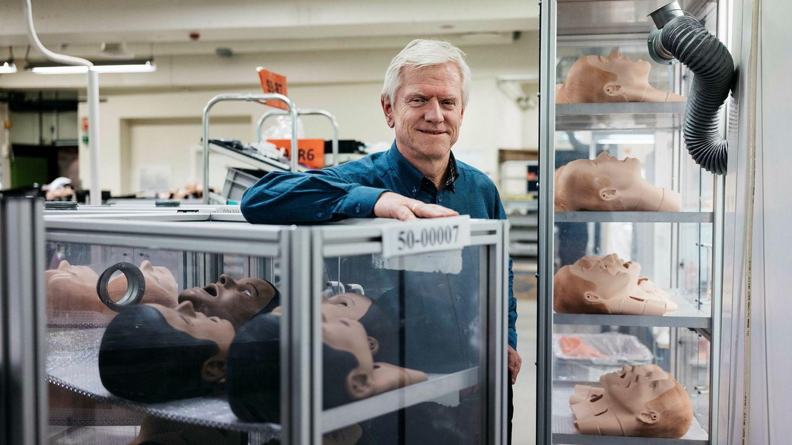 Administrerende direktør Tore Lærdal i Laerdal Medical i Stavanger før avreise til India denne uken. Bedriften er mest kjent for Anne-dukkene, men driver stort innen opplæring og gjenopplivning i helsesektoren.