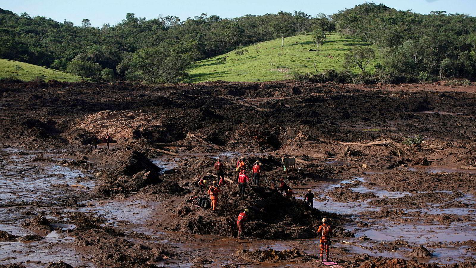 Brannmenn lette mandag etter ofre for demingkollapsen i delstaten Minas Gerais sørøst i Brasil.