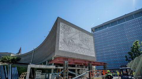 Oslo 20200618. Anleggsarbeidere jobber på baksiden av kunstverket. «Fiskerne» av Pablo Picasso og Carl Nesjar. Statsbygg er i gang med rivingen av Y-blokka. Det er en omfattende og tidkrevende prosess. Første fase, er å rense bygget innvendig, samt tilrettelegge for å fjerne kunstverket som skal bevares i det nye regjeringskvartalet. Foto: Heiko Junge / NTB scanpix