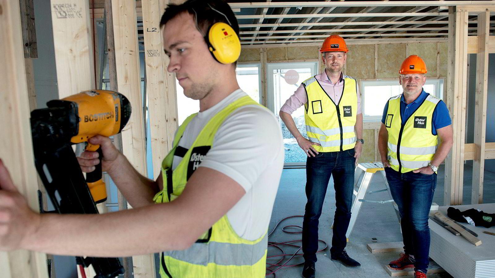 Njål Østerhus (til høyre) og daglig leder Arild Sie skal satse som aldri før. Nå vil de bygge 300 boliger uten å ha kjøpere.