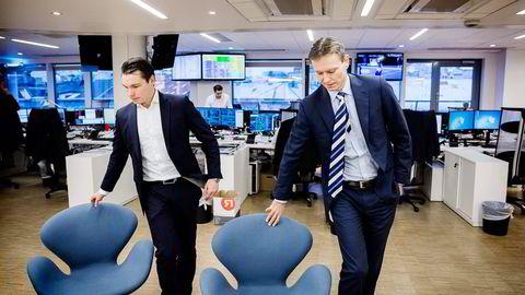 Meglersjef Gaute Eie (til høyre) og obligasjonsmegler Jon Erlend Arnesen i ABG Sundal Collier tror bunnen kan være nådd på Oslo Børs. Foto: Per Thrana