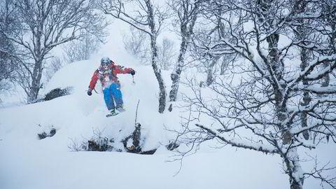 Når sikten er dårlig på fjellet, er det lurt å trekke ned i skogen. Ivar Løvik kan veien gjennom skogen i Sogndal Skisenter. Foto: Thomas T. Kleiven