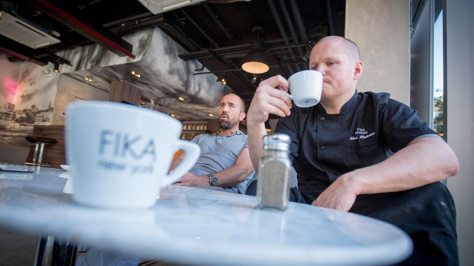 FIKER TIL. Lars Åkerlund (til venstre) og Håkan Mårtensson vil drive den mest eksklusive kaffekjeden på Manhattan. Filmstjerner og finansprofiler er stamkunder på denne Fika-kafeen i Tribeca sørvest på Manhattan. Foto: