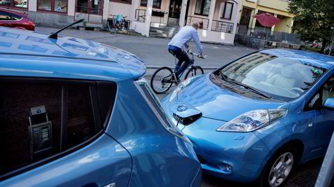 Norge anbefales i ny rapport å kutte elbilfordelene og heller øke avgiftene på biler som forurenser.