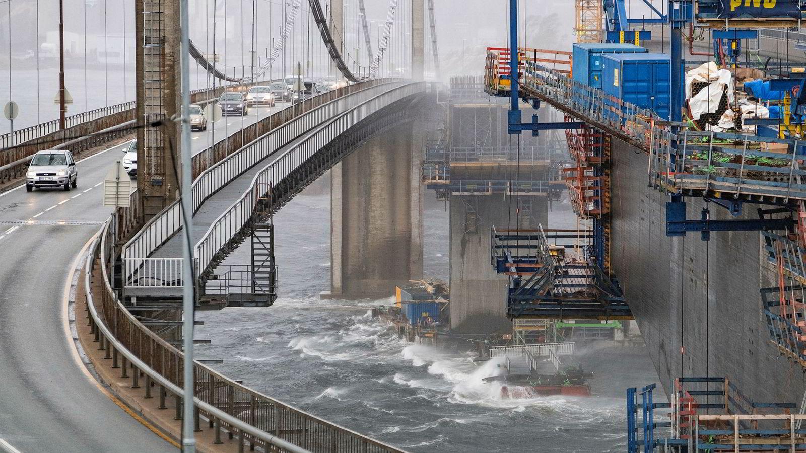 Elbiler kan snart måtte betale bompenger i Kristiansand. Bildet viser den nåværende Varoddbroa, og den nye som er under bygging.