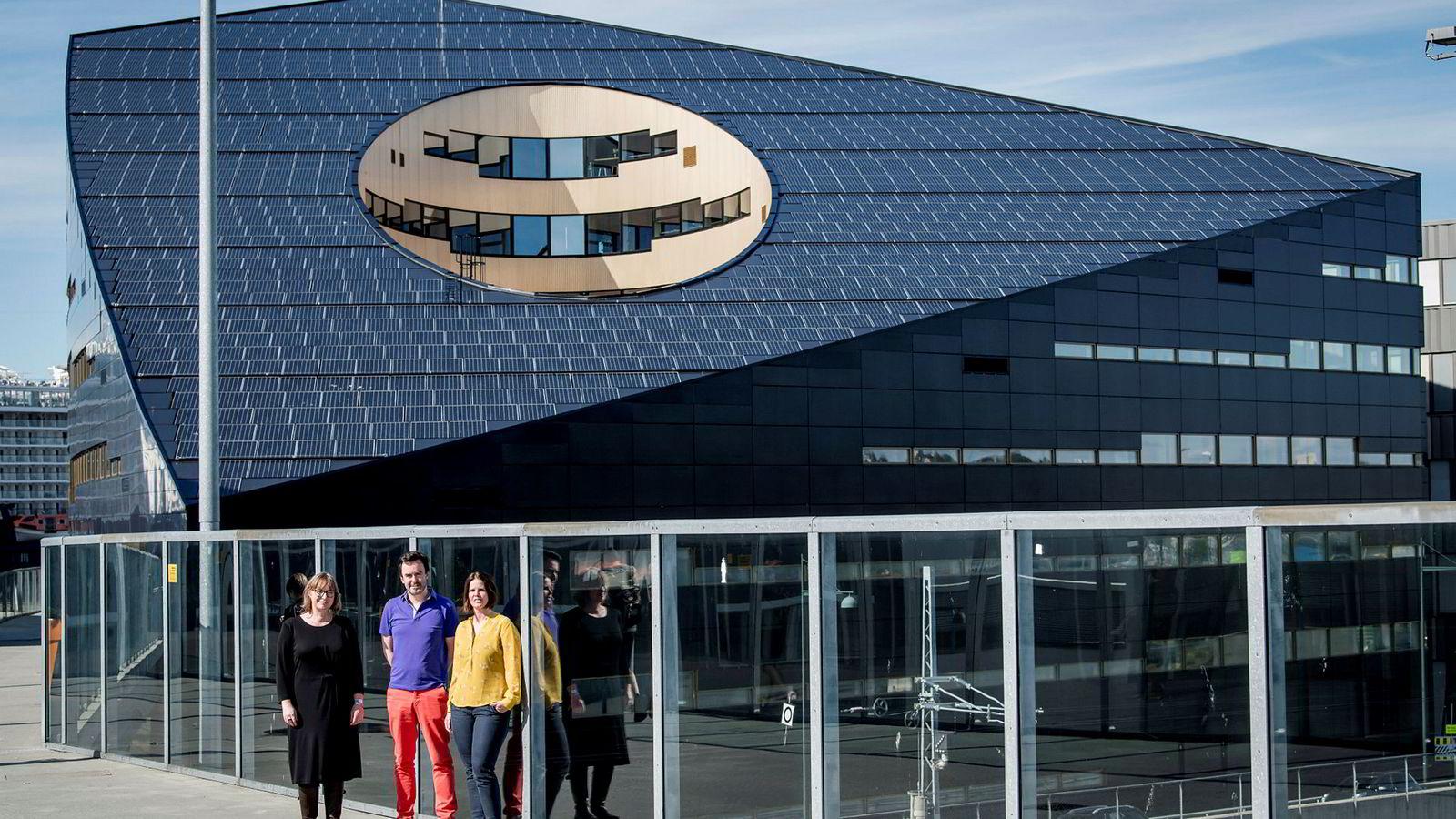 Powerhouse på Brattørkaia produserer mer strøm enn det bruker, og er en del av Trondheims smartby-satsing. Annemie Wickmans fra NTNU (f.v.), Silja Rønningsen og Kristian Mjøen fra Trondheim kommune, er tre av flere tusen som er involverte i prosjektet.