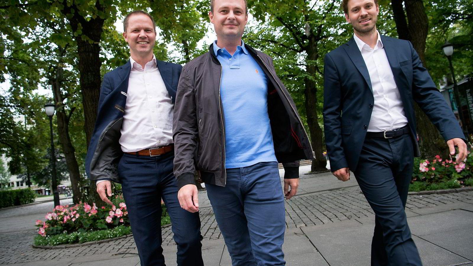 Har du en god venn, men ønsker å ta det et steg videre? Da kan dere bli forsikringsvenner, håper selskapet Tribe. Magne Uppman fra Snö Ventures (i midten) er investor og første kunde hos gründerne Rune Brunborg (til venstre) og Henrik Nygård Sjølie.