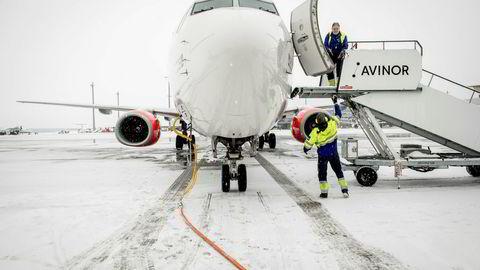 Statlige Avinor – som driver flyplassene i Norge – får hard medfart for dårlig økonomikontroll i en rapport fra Riksrevisjonen. Det kan føre til lavere inntekter for staten enn nødvendig eller for høye avgifter for flyselskapene, som SAS. Her fra Oslo lufthavn.