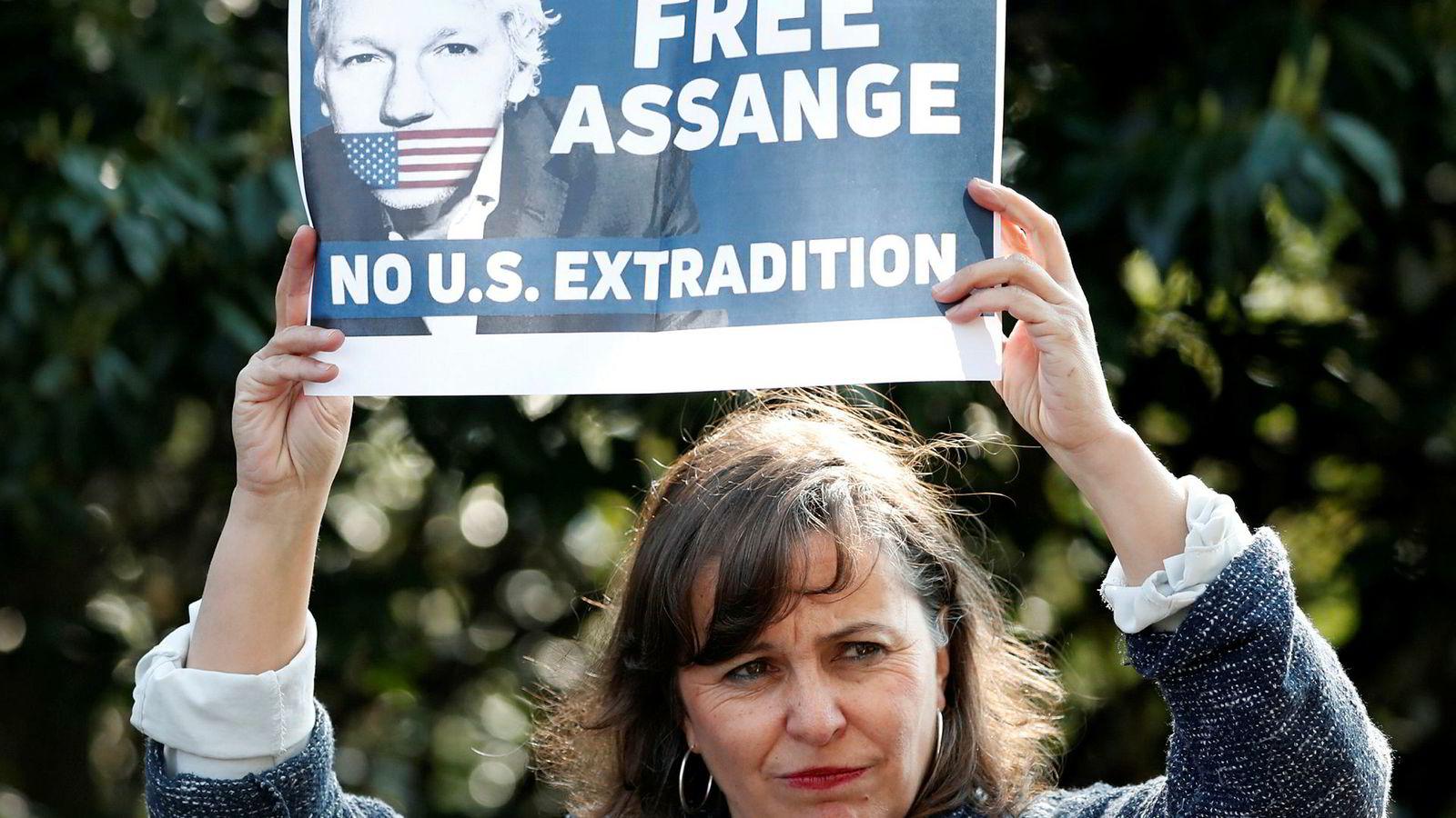 Julian Assange-saken har skapt store reaksjoner på tvers av landegrenser. På bildet er den spanske politikeren Ana Miralda Paz som denne uken deltok på en pressekonferanse i London hvor hun uttrykte støtte til WikiLeaks-grunnleggeren sammen med flere internasjonale politikere.