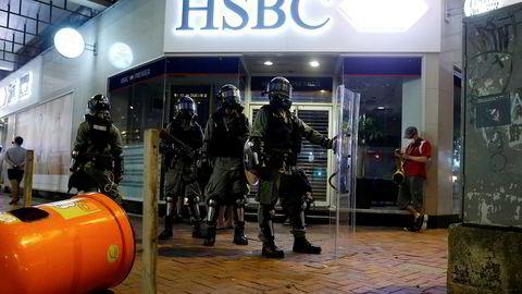 Lokalt opprørspoliti står utenfor en HSBC-filial i nabolaget Wan Chai i Hong Kong tidligere denne måneden.