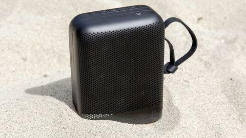Beoplay P6 er en liten høyttaler med stort trykk. Over 215 watt med lyd pumpes ut av grillene på hver side av høyttaleren. Foto: Magnus Eidem