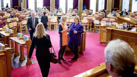 Før alle hadde kommet inn igjen i stortingssalen etter brannøvelsen, slo SVs Karin Andersen og statsminister Erna Solberg av en liten prat. Foto: