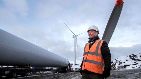 Den første av fem vindmøller er montert når Asko styreformann Torbjørn Johannson besøker den nye vindmølleparken på Skurve utenfor Stavanger. Foto: Tommy Ellingsen Foto: Tommy Ellingsen