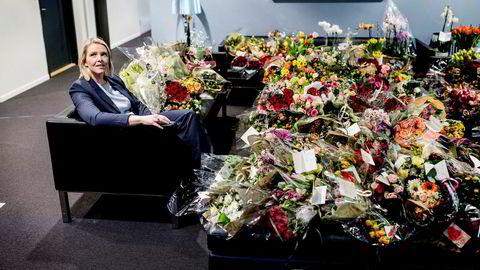 Justisminister Sylvi Listhaug stilte fredag opp ved siden av alle blomstene hun har mottatt fra støttespillere.