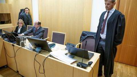 Økokrim og statsadvokat Inge Svae-Grotli (til høyre) har satt en investeringsrådgiver og en obligasjonsmegler på tiltalebenken for markedsmanipulasjon og innsidehandel. Helt til venstre er førstekonsulent Jorunn Jørgensen, politiadvokat Lars-Kaspar Andersen og spesialetterforsker Einar Strømstad.