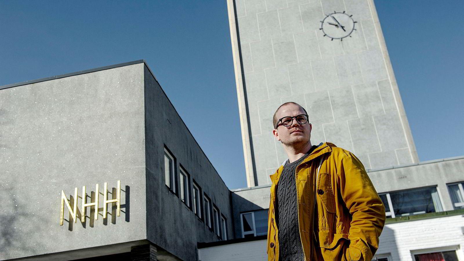 Erik Skutle forteller at han for tiden er fulltidsstudent.