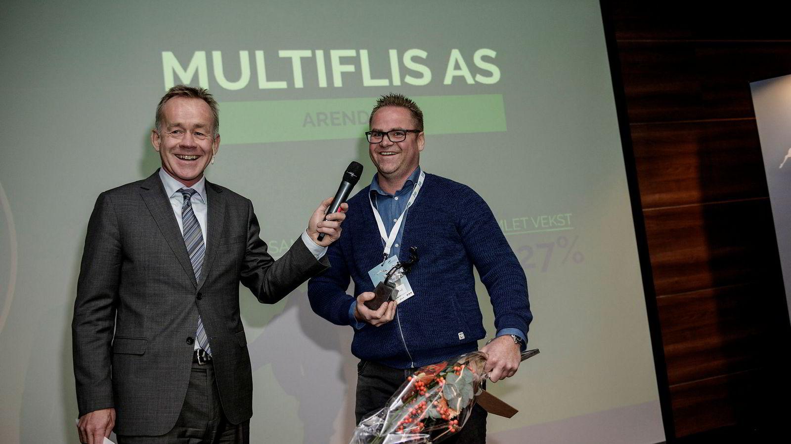 Sjefredaktør i Dagens Næringsliv, Amund Djuve (til venstre), hedret mandag Petter Aksel Birkeland med årets gasellepris for Aust-Agder etter en vekst på 1427 prosent for selskapet Multiflis de siste fire årene.