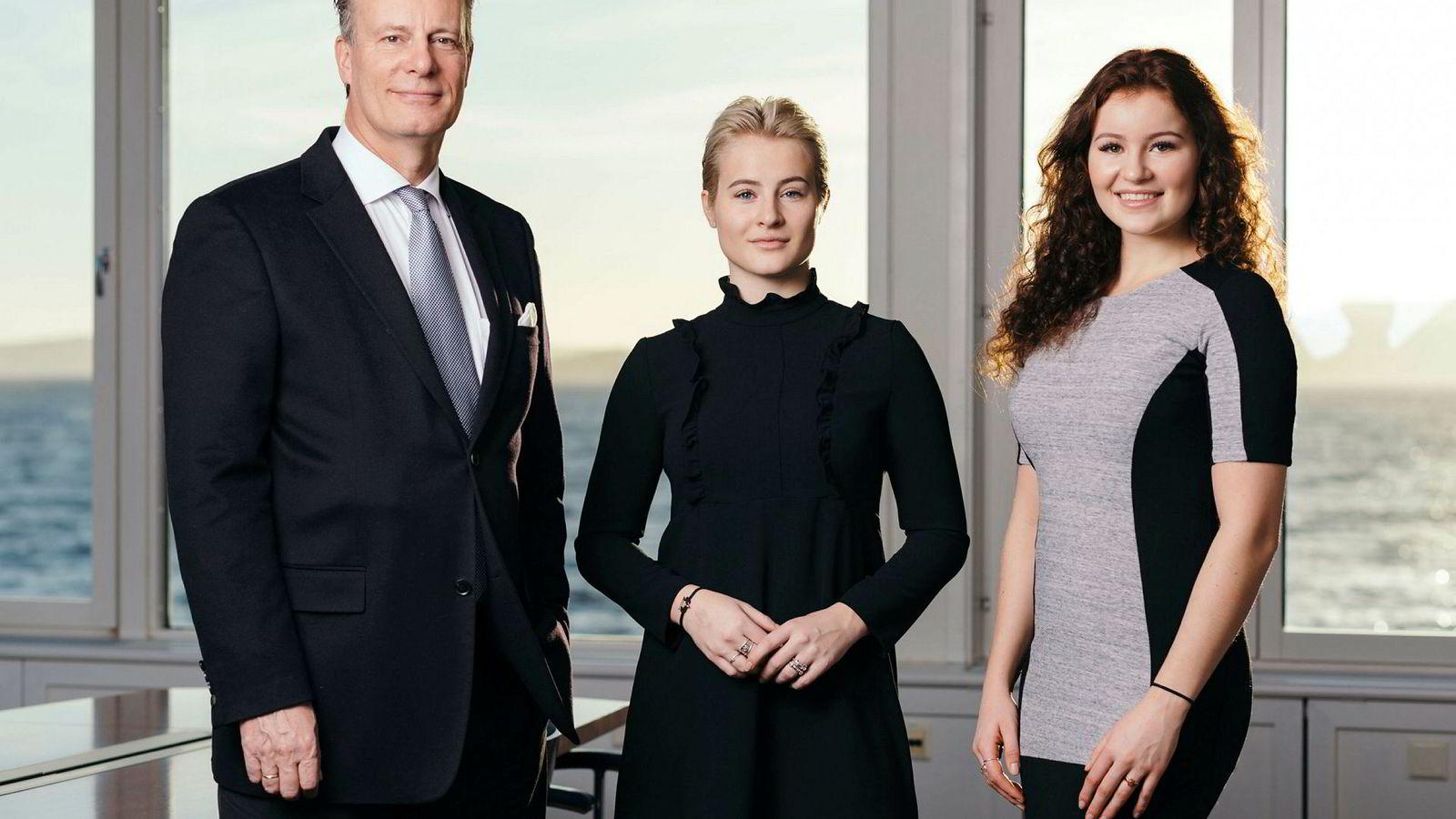 Ferd-arving Alexandra G. Andresen (til høyre) vil sette en stopper for at noen tror hun har bygget opp milliardformuen sin selv. Her sammen med far Johan H. Andresen og søster Katharina G. Andresen.