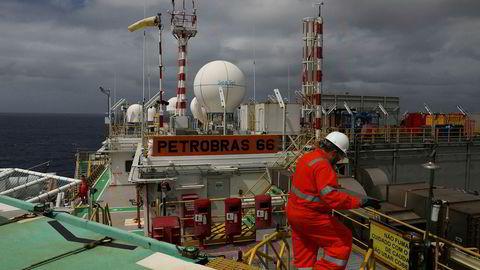En arbeider går på oljeriggen P-66 tilhørende det brasilianske statsoljeselskapet Petrobras. Nå kan selskapet bli privatisert.