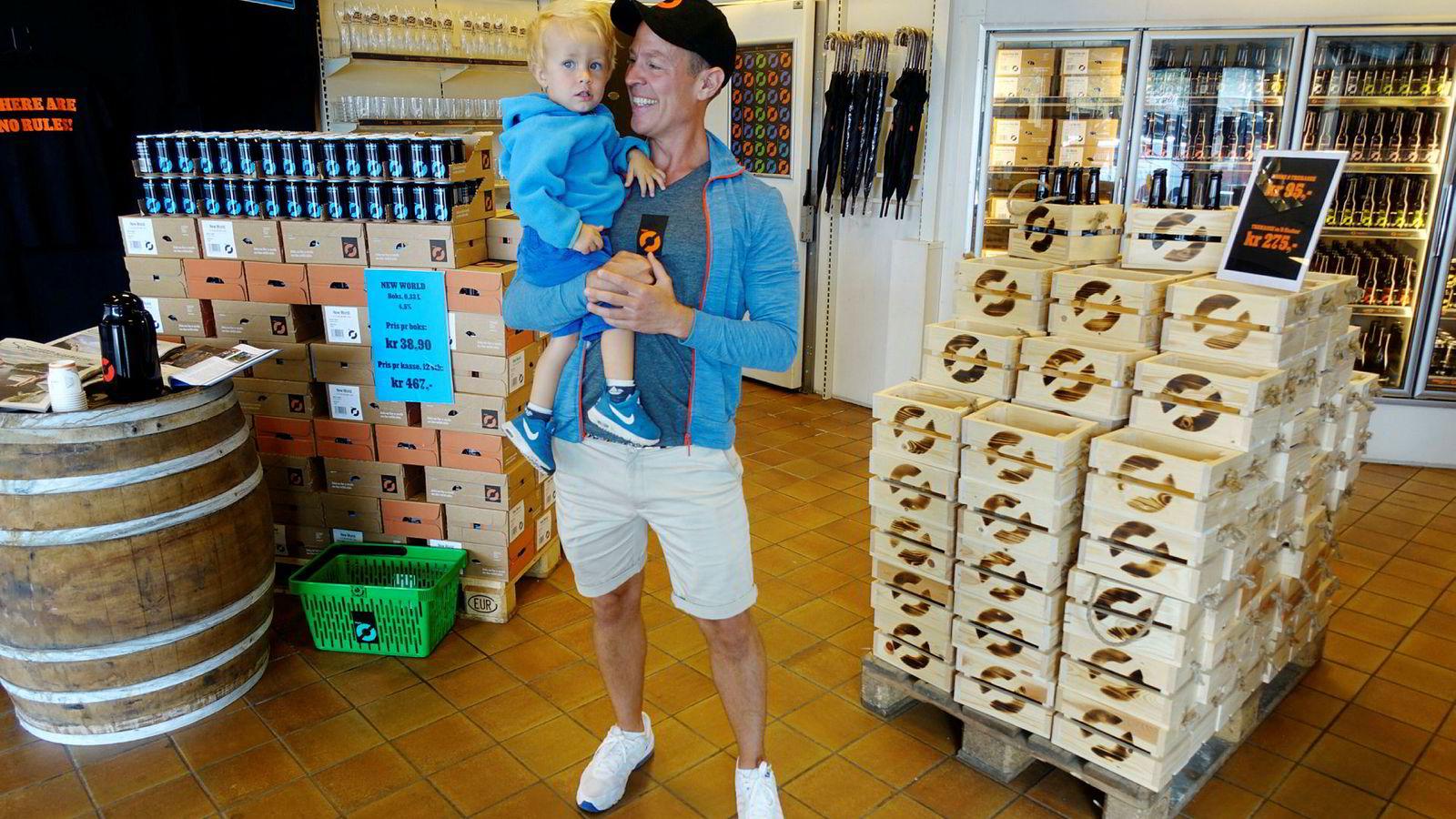 En ferierende Sverre Orm Øverland, administrerende direktør i Nøgne Ø, har med seg sønnen Magnus når han er innom ølutsalget i Grimstad for å bunkre. Markedet for håndverksøl faller kraftig og tidene med fantastiske overskudd er over.