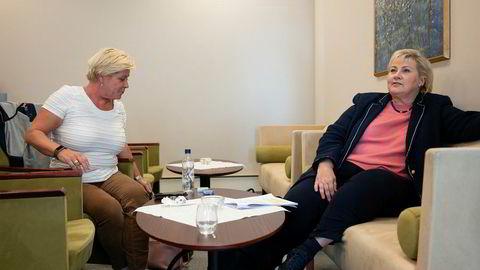 Finansminister Siv Jensen og statsminister Erna Solberg møttes tilfeldig på flyplassen i Bodø mandag ettermiddag. Det ga dem anledning til å fortelle DN om en positiv forenkling for norske småbedrifter.