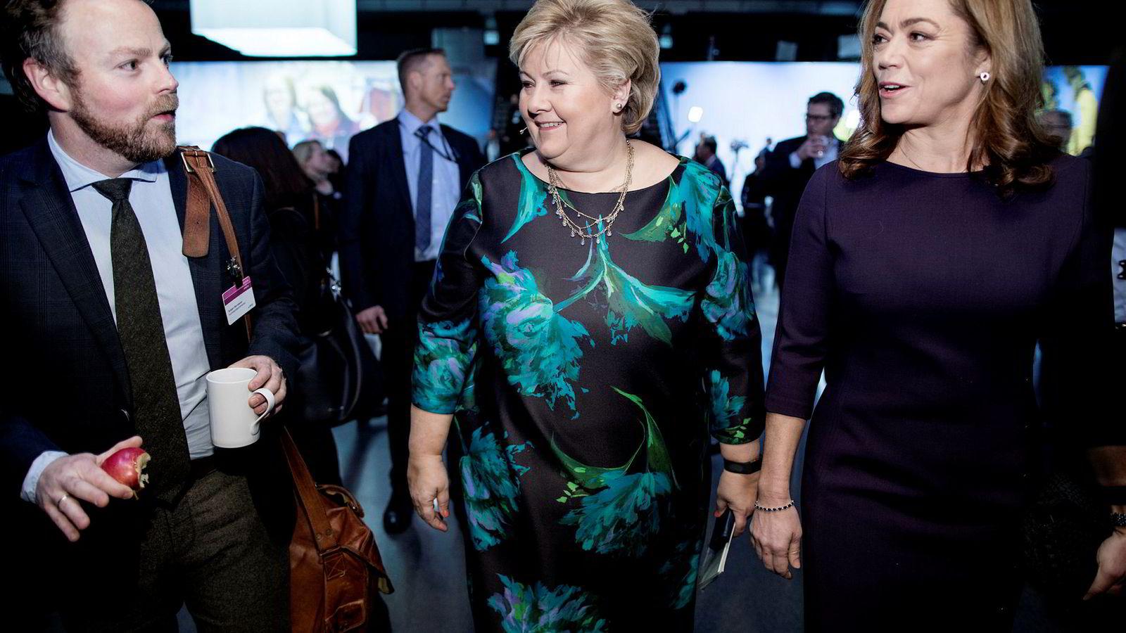 Erna Solberg er uenig med sin partifelle, stortingsrepresentant Heidi Nordby Lunde, som vil kutte i sykelønnen. NHO, her ved direktør Kristin Skogen Lund (til høyre), støtter imidlertid Lunde. Her er de med næringsminister Torbjørn Røe Isaksen under NHOs årskonferanse tidligere i år.