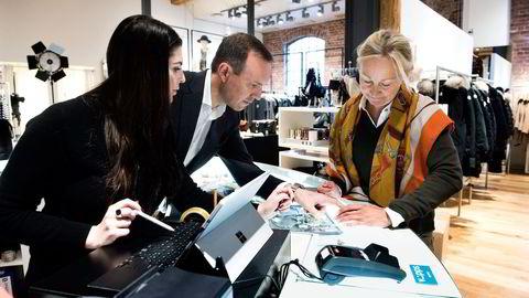 Hos klesbutikken Høyer betaler Bente Holby (til høyre) for nye sko og genser med mobilappen Vipps. Butikkmedarbeider Isabel Soler opplever at kundene er positive, og Høyers finansdirektør Inge Nygaard vil ha teknologien i alle butikker. Foto: Per Ståle Bugjerde