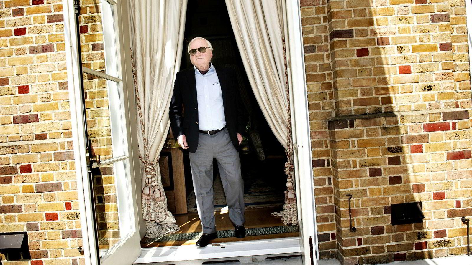 John Fredriksen var ønsket i en høring i Houston torsdag. Her er han avbildet hjemme i The Old Rectory i London.