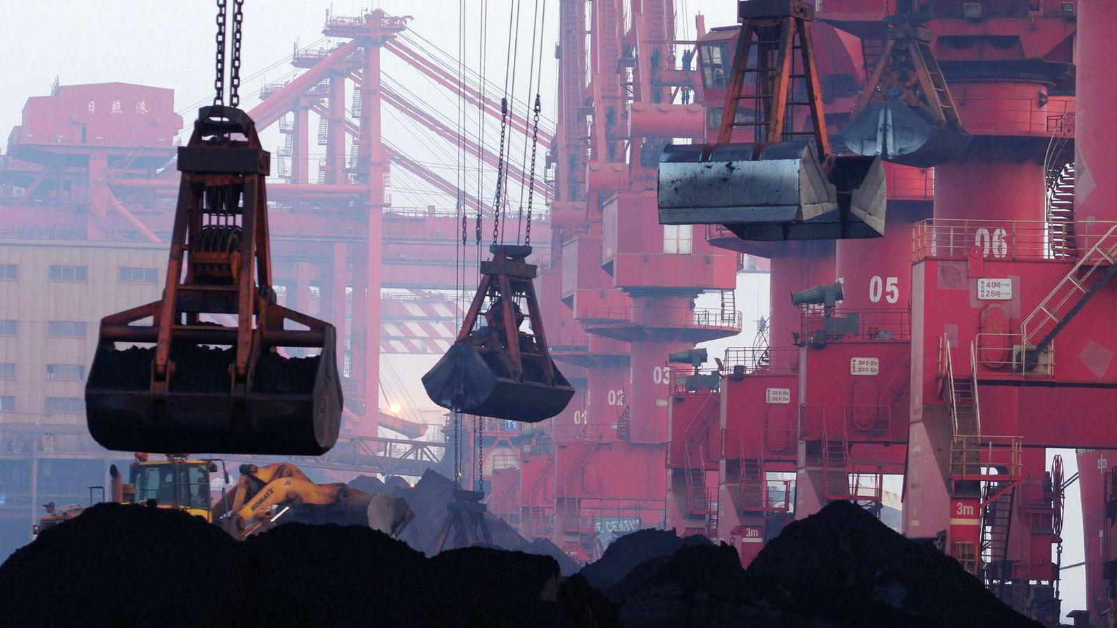 Bruken av kull må ned med 75 prosent, og så å si forsvinne innen 2050. Olje til energi må ned med mellom 60 og 80 prosent innen midten av århundret, gass med 50 prosent i de fleste scenarioene. Kjernekraft må øke, som en mellomløsning mens sol og vind etableres. Her lastes importert jernmalm fra Nord-Korea på kaien i Rizhao i Øst-Kinas Shandong-provins.