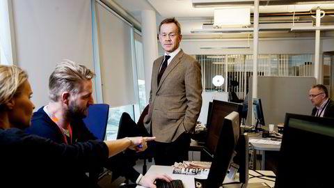 INNSPURT. Sjefredaktør Amund Djuve i Dagens Næringsliv (midten) besøker Line Kaspersen (fra venstre), Martin Riber Sparre og Espen Moe på testdesken for DN+, som lanseres lørdag. Foto: Silje Eide