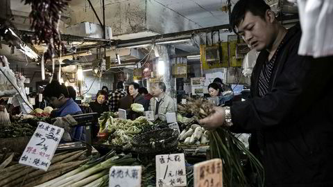 Alle synes stolte over Norges handelsavtale med Kina, men FNs spesialrapportør på ekstrem fattigdom og menneskerettigheter reiste i august 2016 gjennom Kina og konkluderte at færre mennesker lever i ekstrem fattigdom men at forholdene for menneskerettigheter ikke er blitt bedre, skriver artikkelforfatteren. Her fra et grønnsaksmarked i Shanghai.