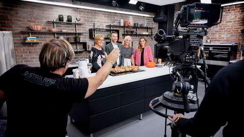 Innspillingsleder Knut Erik Skistad (til venstre) teller ned til en 20-sekunders smileseanse under prøver fra det nye studioet til «God Morgen Norge». Videre fra venstre: tv-kokk Wenche Andersen, programlederne Peter Bubresko og Vår Staude, og værmelder Isabella Martinsen.