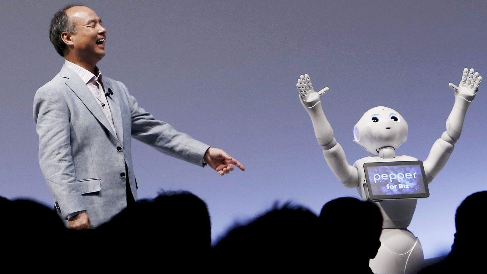 Softbank-sjef Masayoshi Son er klar til et nytt storkjøp. På bildet koser han seg med roboten «Pepper» under et arrangement i Tokyo i 2015. Foto: Yuya Shino/Reuters/NTB Scanpix