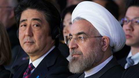 Japans statsminister Shinzo Abe (venstre) skal møte president Hassan Rouhani i Iran. Her er de to sammen på World Economic Forum i Davos i 2014.