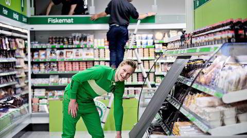 NUMMER 600. Butikksjef Andreas Birath gjør den siste finpussen før åpningen av Kiwis butikk nummer 600 på Sokna i Buskerud. Foto: Robert McPherson