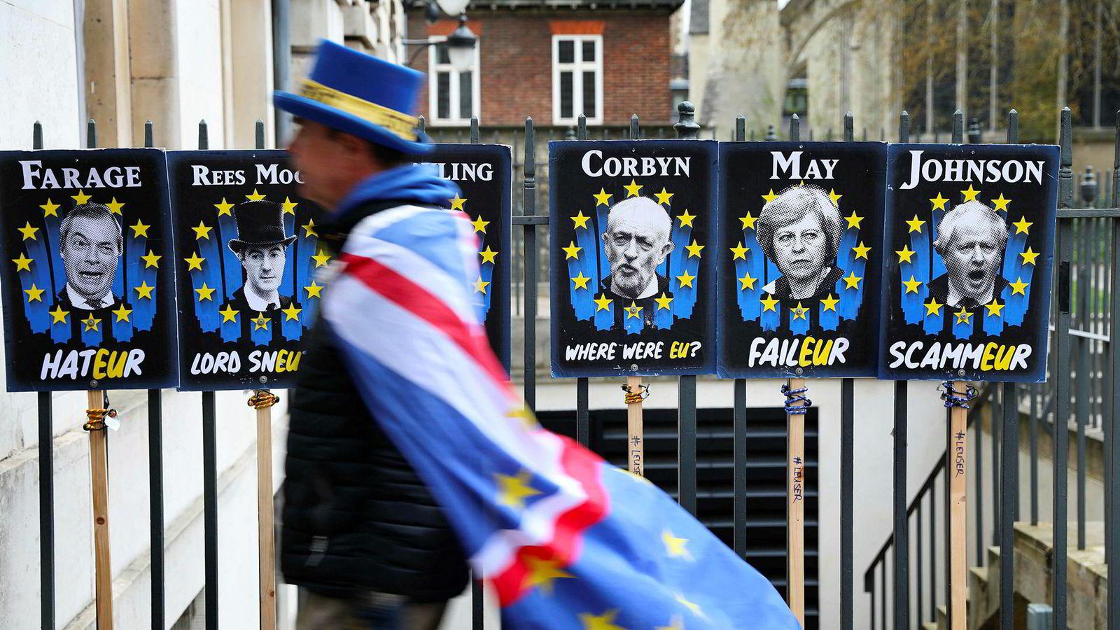 Dramaet i Westminster blir spektakulært gjennom de århundregamle ritualene og med en politisk kultur der man aldri kan bli til noe uten snakketøyet i orden. Her er anti-brexit-demonstrant Steve Bray på plass i Westminster tirsdag.
