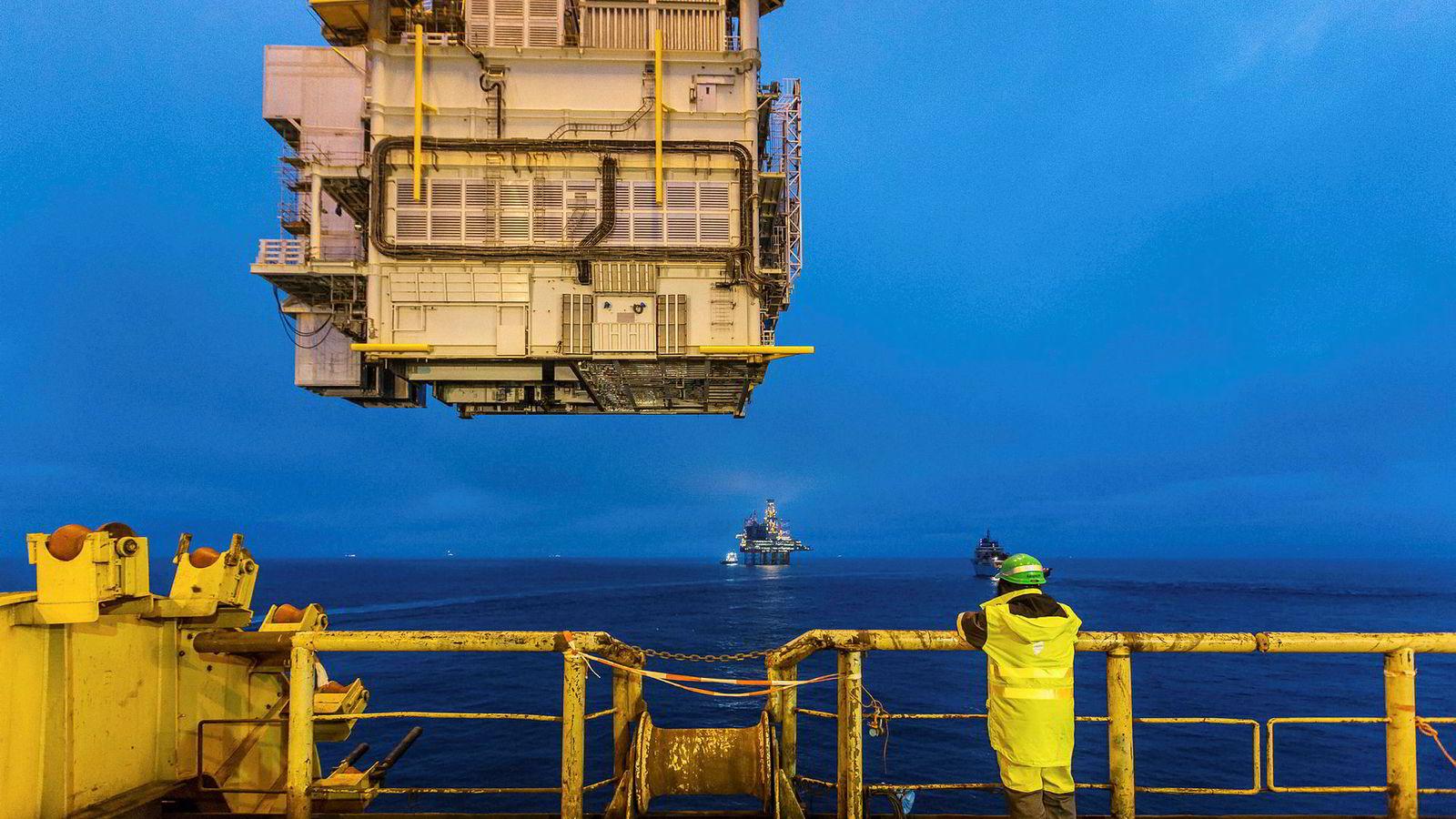 Et salg av energiaksjer vil ikke gjøre Norges næringsliv eller arbeidsstyrke mer omstillingsdyktig i møte med lavere oljepris. Statens oljeinntekter vil falle, men forestillingen om at dette kan motvirkes krone-for-krone ved å selge energiaksjer, stemmer ikke, skriver innleggsforfatterne. Her fra Gina Krog-feltet i Nordsjøen.